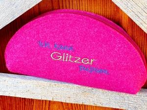 Täschchen aus Wollfilz pink mit gesticktem Spruch, Brillenetui, Stiftemäppchen