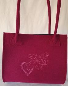 Shopper mit Herz,  Schultertasche aus Wollfilz in der Farbe Beere,