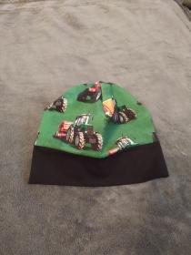 Tolle grüne Kindermütze mit lebensechten bunten Traktorbildern und schwarzem Bund doppellagig genäht