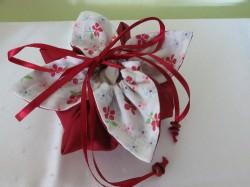 selbst genähtes Blumenbeutelchen für kleine Geschenke