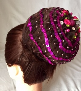 Organzadutthäubchen mit pinkfarbenen Perlen, Pailletten und Bastelrosen Größe L