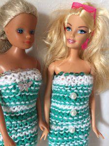 Zwei gestrickte Etuikleider für Barbie in weiß-petrol