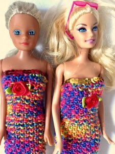 Bunte Etuikleider gestrickt für Barbie, kurz und lang