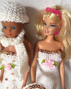 Ein Barbie-Set, gestrickt, bestehend aus zwei Kleidern, Handtasche, Mütze und Schal