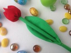 Selbstgemachte bunte Tulpen aus Baumwolle, Strohhalm und Füllmaterial