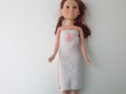 Ein gestricktes Etuikleid weiß lang für eine schlanke Puppe von 40 cm Größe