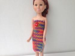 Ein gestricktes Etuikleid bunt lang für eine schlanke Puppe von 40 cm Größe