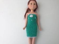 Ein gestricktes Etuikleid petrol mittellang für eine schlanke Puppe von 40 cm Größe