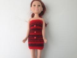 Ein gestricktes Etuikleid Schwarzrot kurzfür eine schlanke Puppe von 40 cm Größe