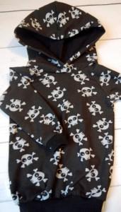 Hoodie Totenköpfe schwarz Größe 68