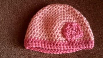 Gehäkelte Mütze für Neugebore in rosa pink