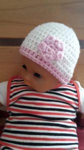 Gehäkelte Babymütze für den Winter in weiß rosa