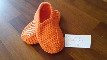 Gehäkelte Hausschuhe für Kinder in Größe 32 / 33 in orange mit Stopper