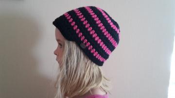 Gehäkelte Mütze Schirmmütze für Kinder, Winter schwarz pink gestreift