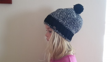 Gehäkelte Mütze Longbeanie Pudelmütze für Kinder, Winter mit Bommel in schwarz grau