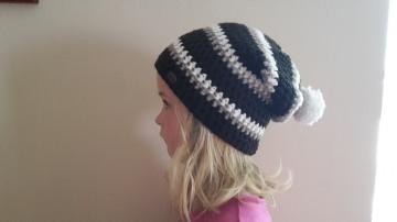 Gehäkelte Mütze Longbeanie für Kinder, Winter mit Bommel in braun weiß gestreift