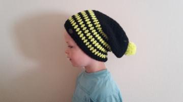 Gehäkelte Mütze Longbeanie für Kinder, Winter mit Bommel in schwarz gelb