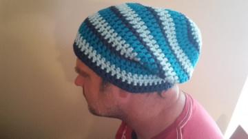 Gehäkelte Mütze Longbeanie für Männer, Winter in blau gestreift
