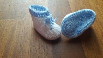 Gehäkelte Babyschühchen in weiß hellblau