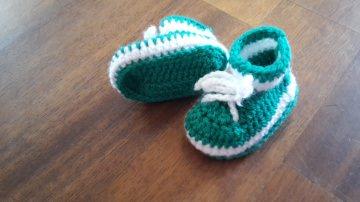 Gehäkelter Babyschühchen in  grün weiß