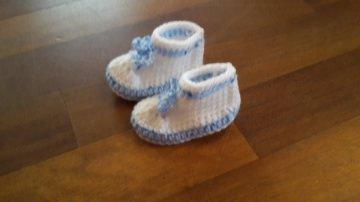 Gehäkelte Babyschühchen in  weiß blau