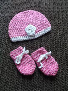 Gehäkeltes Babyset Mütze und Fäustlinge für Neugeborene in rosa creme mit Blümchen