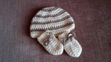 Gehäkeltes Babyset Mütze und Fäustlinge für Neugeborene in creme braun