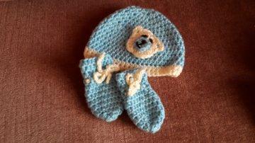 Gehäkeltes Babyset Mütze und Fäustlinge für Neugeborene in blau creme