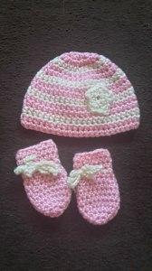 Gehäkeltes Babyset Mütze und Fäustlinge für Neugeborene in roasa creme