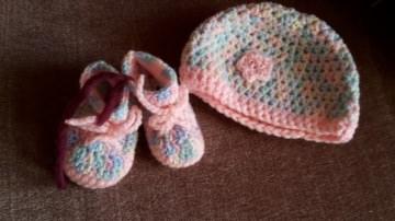 Gehäkeltes Babyset Mütze und Schühchen für Neugeborene in  pastell rosa