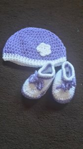 Gehäkeltes Babyset Mütze und Schühchen  für Neugeborene in  lila weiß