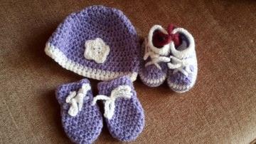 Gehäkeltes Babyset Mütze Schühchen und Fäustlinge für Neugeborene in  lila weiß
