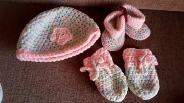 Gehäkeltes Babyset Mütze Schühchen und Fäustlinge für Neugeborene in pastell rosa
