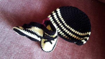 Gehäkeltes Babyset Mütze und Schühchen  für Neugeborene in schwarz gelb