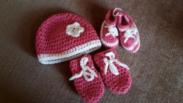 Gehäkeltes Babyset Mütze Schühchen und Fäustlinge für Neugeborene in pink weiß