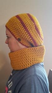 Gehäkelte Mütze Ballonmütze und Loop Schal für Frauen Winter in ocker gelb
