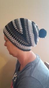 Gehäkelte Mütze Beanie für Frauen Winter  in grau schwarz mit Bommel