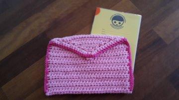gehäkelter Buchumschlag für Untersuchungsheft in rosa pink