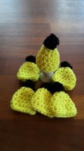 6 gehäkelte Eierwärmer in schwarz gelb, Mütze mit Bommel
