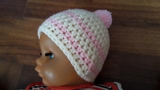 Gehäkelte Babymütze für den Winter in creme rosa mit Bommel