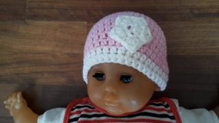 Gehäkelte Babymütze für den Winter in rosa mit weißer Blume