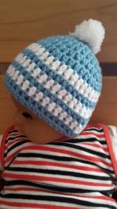 Gehäkelte Babymütze für den Winter in hellblau weiß mit Bommel