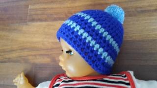 Gehäkelte Babymütze für den Winter in blau hellblau mit Bommel