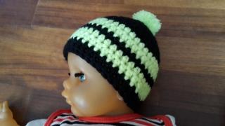 Gehäkelte Babymütze für den Winter in schwarz gelb mit Bommel