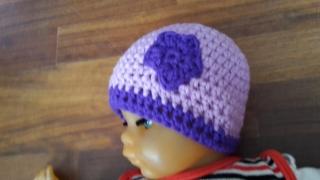 Gehäkelte Babymütze für den Winter in flieder lila mit Blümchen