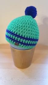 Gehäkelte Mütze für Kleinkinder für den Winter in grün blau mit Bommel