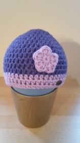 Gehäkelte Babymütze für den Winter in lila mit flieder farbenem Blümchen Blume