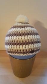 Gehäkelte Mütze für Kleinkinder für den Winter in creme braun gestreift mit Bommel
