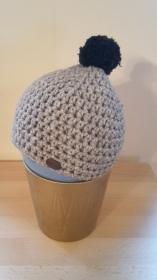 Gehäkelte Mütze für Kleinkinder für den Winter in hellbraun meliert mit dunkelbraunem Bommel