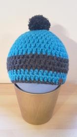 Gehäkelte Mütze für Kleinkinder für den Winter in türkis  grau mit grauem Bommel